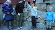 Familien Dalane sammen med elghunden Anja
