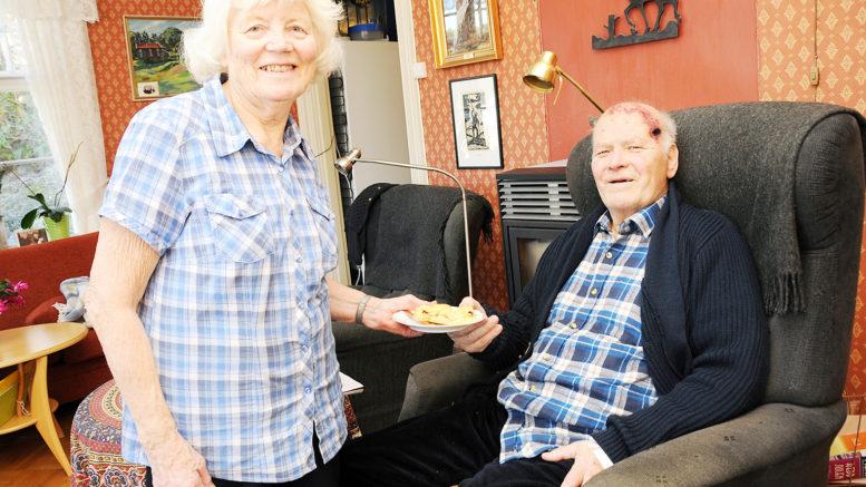 Toalf og Inga Halvorsen hjemme i stua