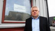 Ordfører Arild Windsland foran stengt dør