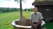 Odd Arild Svaland sittende på kanten av badestampen