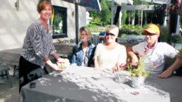 Gunn Elisabeth Slettene serverer gjester på Hagen Café