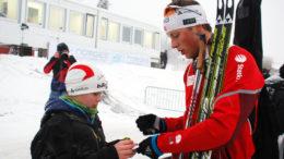 Lars Helge Birkeland skriver autografer