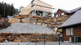 Bilde av høy steinmur